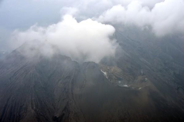 Le volcan Sakurajima envoie des gerbes de fumée un jour après son éruption, dans la préfecture de Kagoshima au sud-ouest du Japon, le 6 février 2016