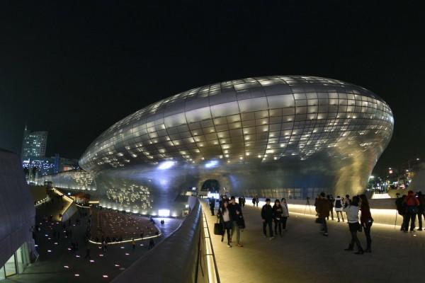 """Aperçu nocturne de l'imposant édifice du """"Dongdaemun Design Plaza"""" conçu par l'architecte Zaha Hadid"""