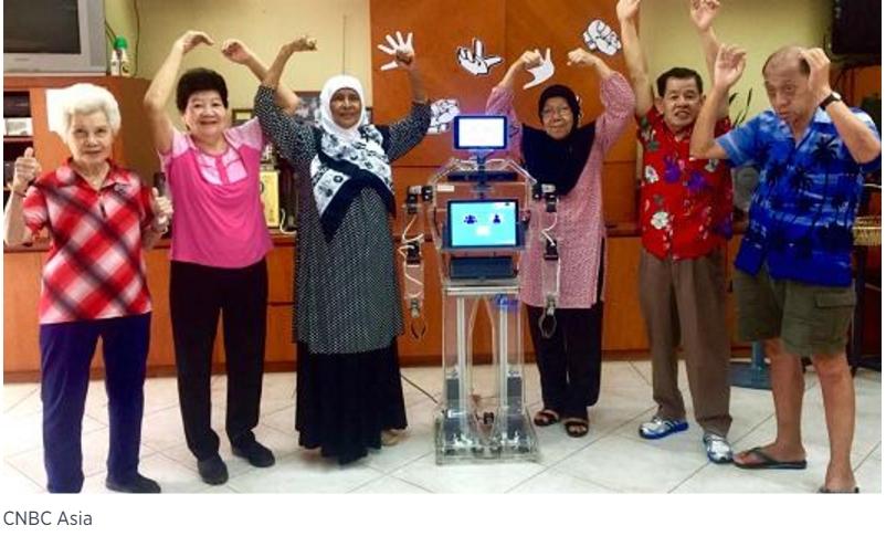 """Le robot singapourien """"Xuan"""" donne des cours d'exercice physique aux seniors."""