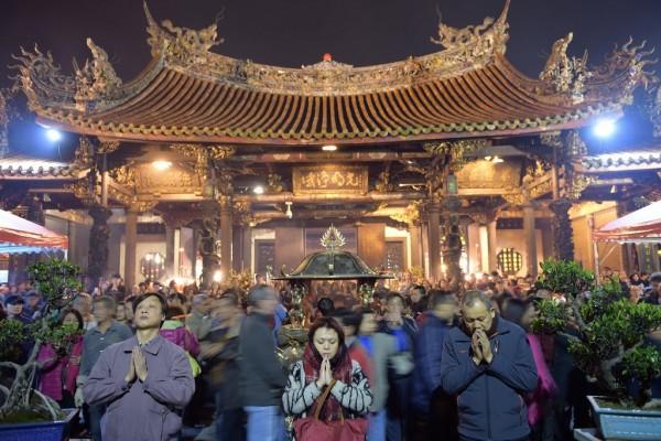 Les habitants de Taïpei se rassemblent au temple Lung Shan le premier jour de la nouvelle année lunaire.