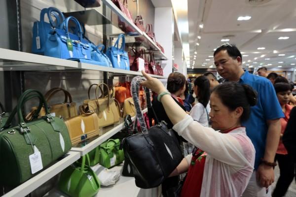 Des clients, dont une large majorité de citoyens chinois, font leur shopping dans un centre commercial du centre de Bangkok, en Thaïlande