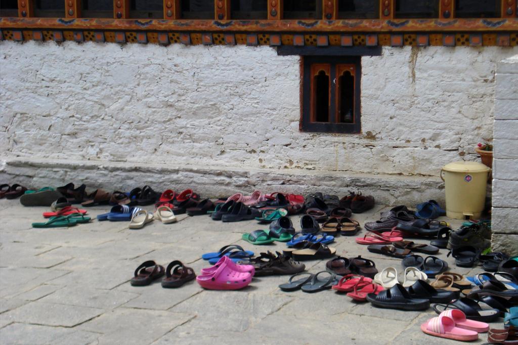 Comme dans de nombreux lieux de culte, on doit se déchausser avant d'entrer.