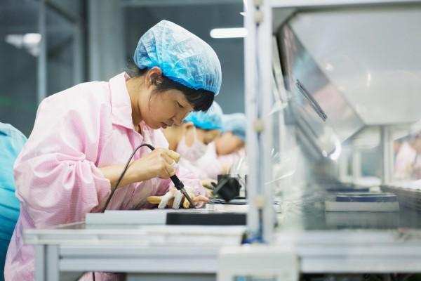 Une ouvrière chinoise assemble un panneau solaire dans une usine de Dezhou (province du Shandong).