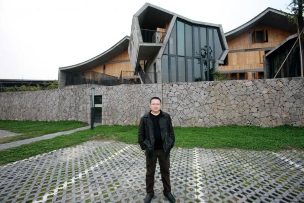 Le célèbre architecte Wang Shu pose fièrement devant les murs de l'Académie des Beaux-Arts de Chine à Hangzhou.