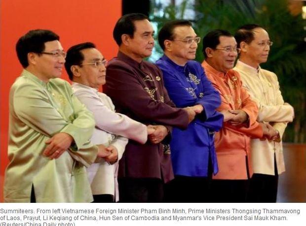 Le Premier ministre chinois Li Keqiang (au centre), main dans la main avec les leaders des pays d'Asie du Sud-Est.
