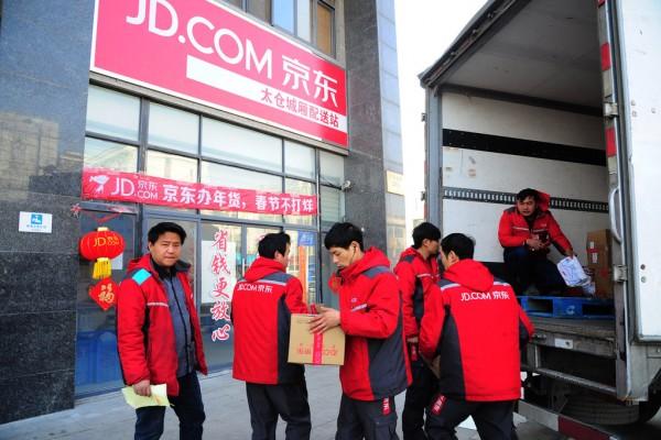 Des livreurs se préparent à aller distribuer les commandes effectuées en ligne par les clients sur le site JD.com