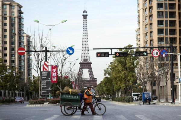 Ici à Tianducheng, dans la banlieue de Hangzhou, une réplique de la Tour Eiffel
