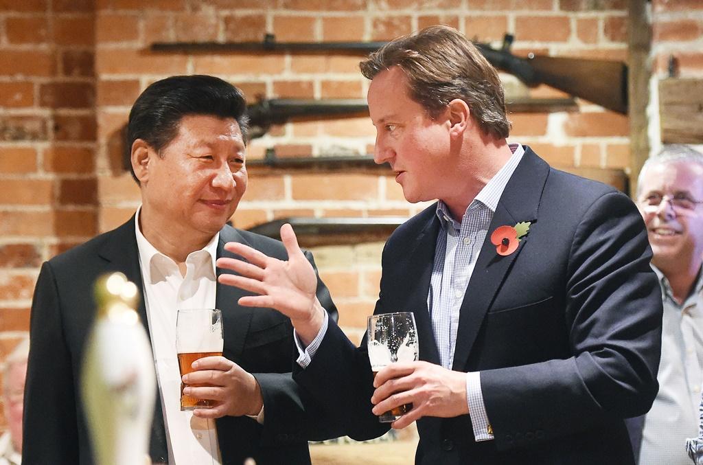 Le président chinois Xi Jinping déguste une pinte de bière avec le Premier ministre britannique