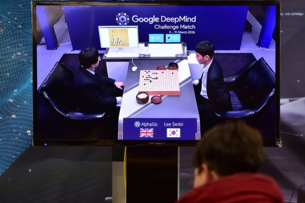 Un homme suit en direct le match entre AlphaGo, l'Intelligence artificielle de Google DeepMind et Lee Se-dol, le 9 mars 2016.