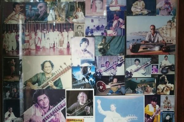 La boutique de Rikhi Ram est remplie d'histoires et de souvenirs qui s'affichent en photos.