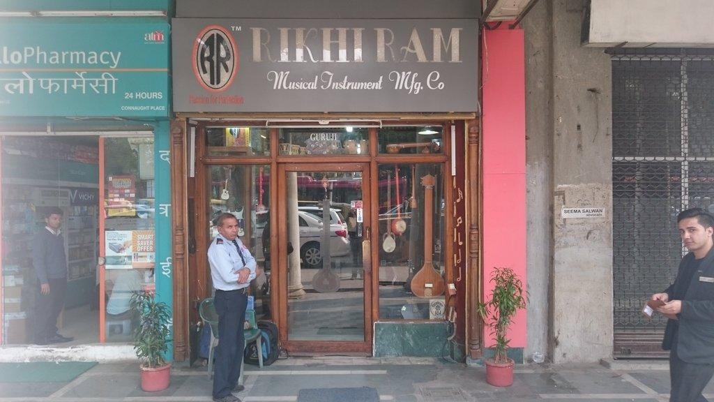 L'entrée modeste de la boutique de Rikhi Ram.