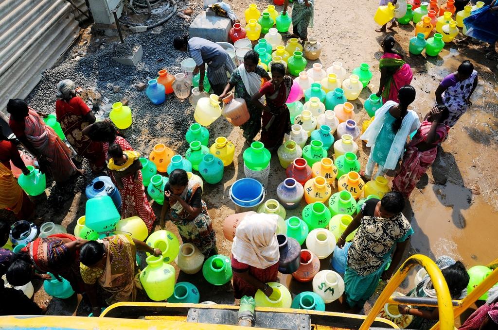 En attendant la distribution d'eau à Perungudi (Chennai) dans le Tamil Nadu, le 24 mars 2015.