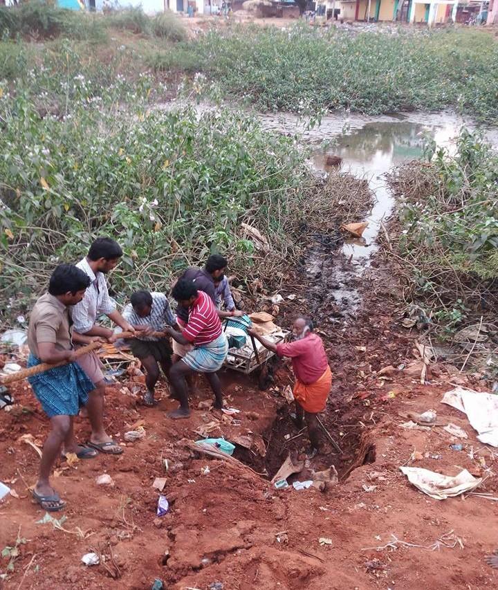 Volontaires nettoyant une partie de la rivière Vaigai a Madurai, en février 2016.