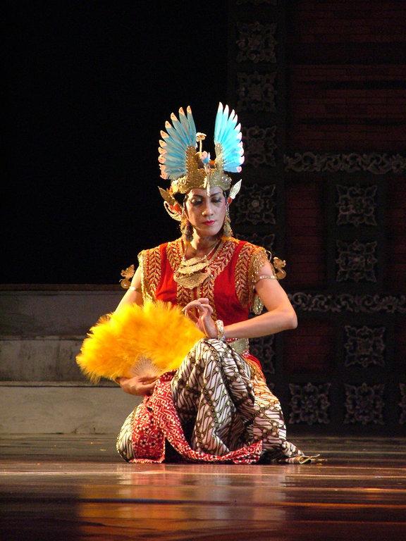 Le danseur Didik Nini Thowok recrée la danse classique Golek Lambang Sari.