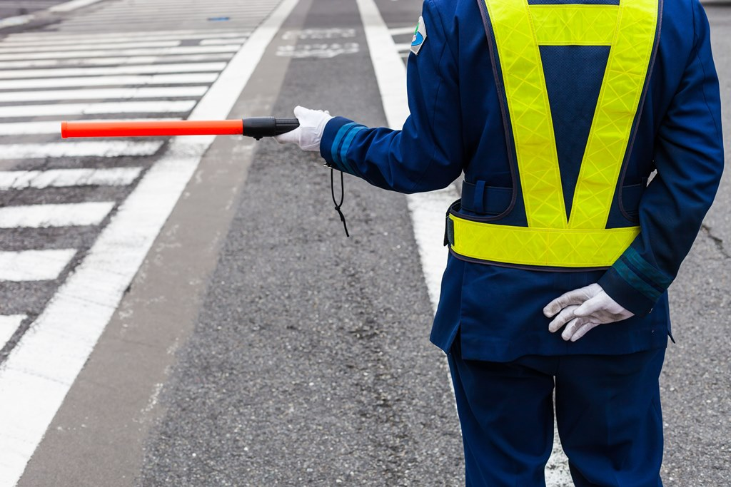 Agent de régulation du trafic routier au Japon,
