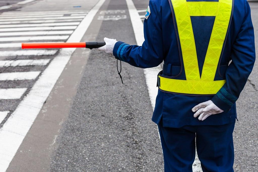 Agent de régulation du trafic routier au Japon,