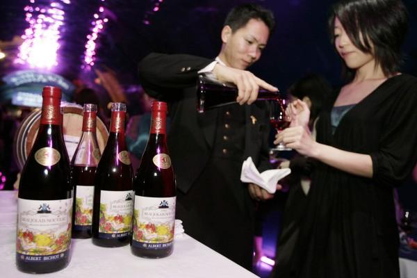 Un sommelier japonais verse du vin - un Beaujolais nouveau 2007 - à une cliente près de l'aquarium du Shinagawa Prince Hotel de Tokyo.