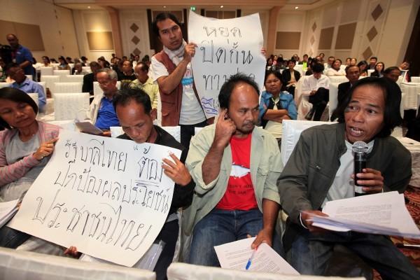 Des habitants du village du district Phibun Mangsahan de la ville d'Ubon Ratchathani protestent contre le barrage controversé Dpon Sahong au Laos