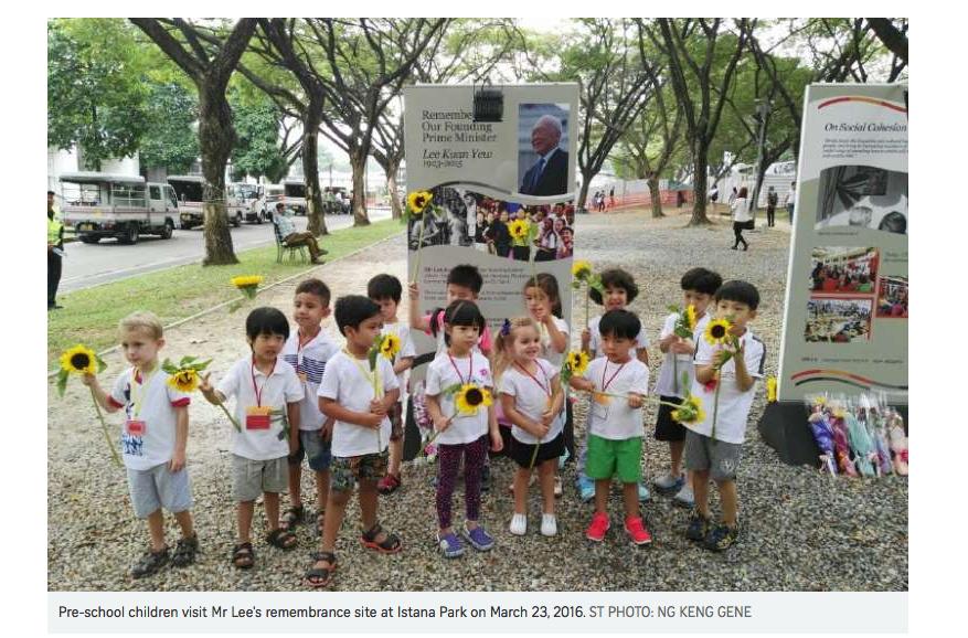 Des enfants se rendent au parc Istana, lieu de mémoire du défunt père de la nation singapourienne Lee Kwan Yew