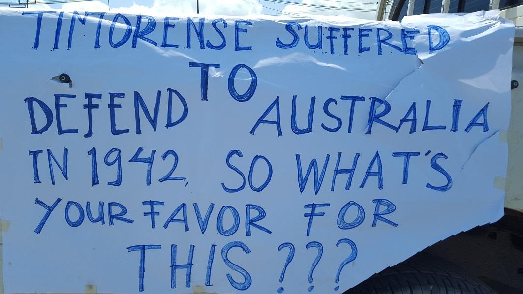 """Banderole de la manifestation à Dili le 22 mars 2016 """"contre l'occupation de la mer de Timor"""" par l'Australie."""