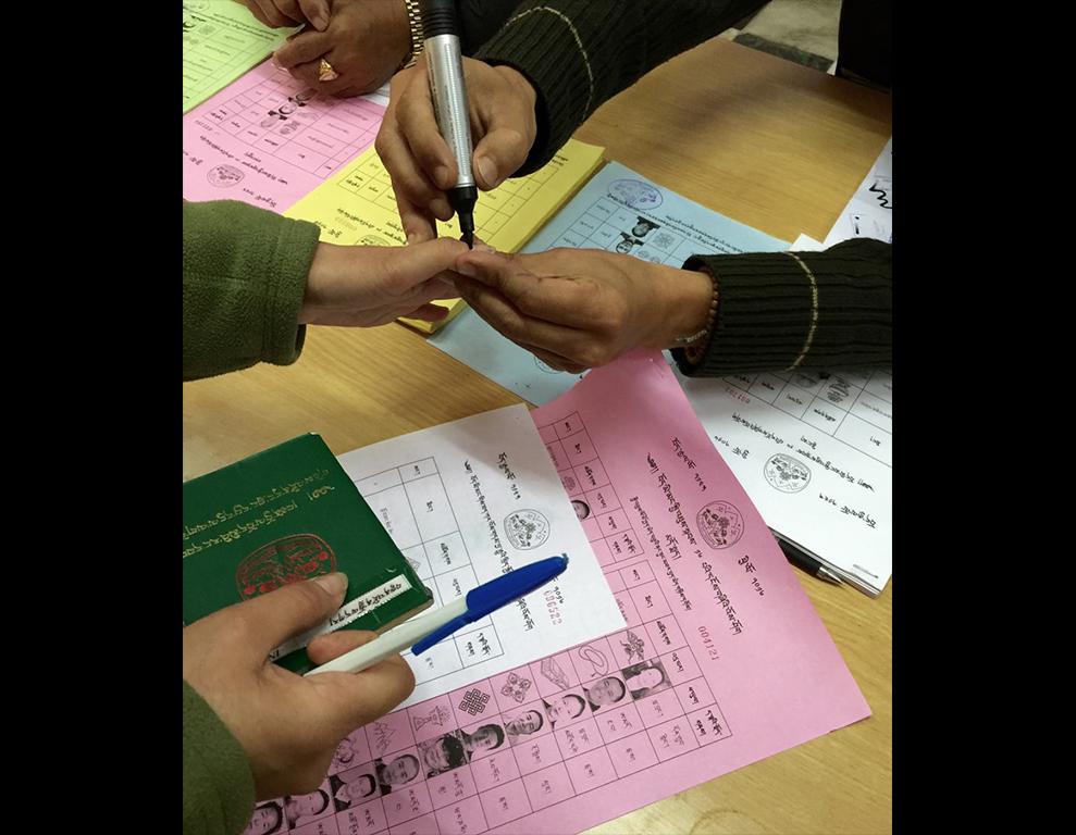 Identification par la marque du stylo lors des élections à Dharamsala pour le renouvellement du gouvernement tibétain en exil, le 20 mars 2016.
