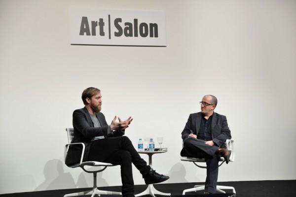 L'artiste Jesper Just et le commissaire américain David Gryn en pleine discussion lors de la foire Art Basel Miami Beach 2012.