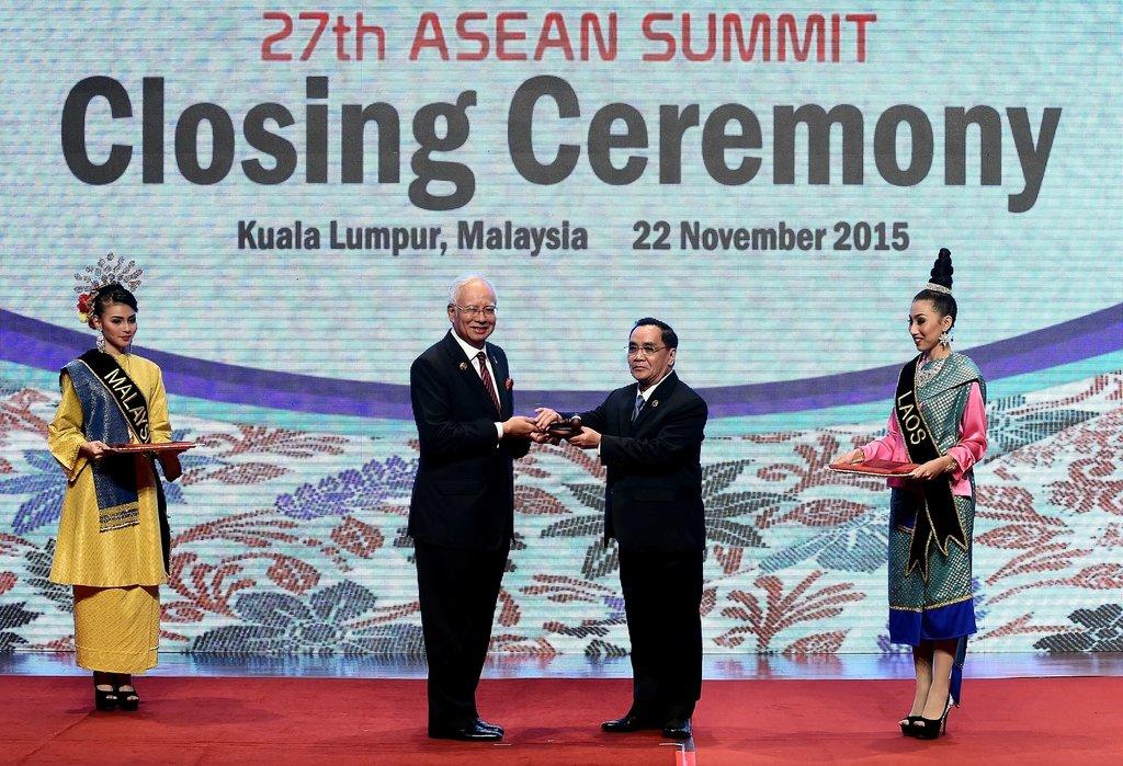 Le Premier ministre de Malaisie transmet la présidence tournante de l'ASEAN à son homologue laotien lors de la cérémonie de clôture du 27ème sommet.