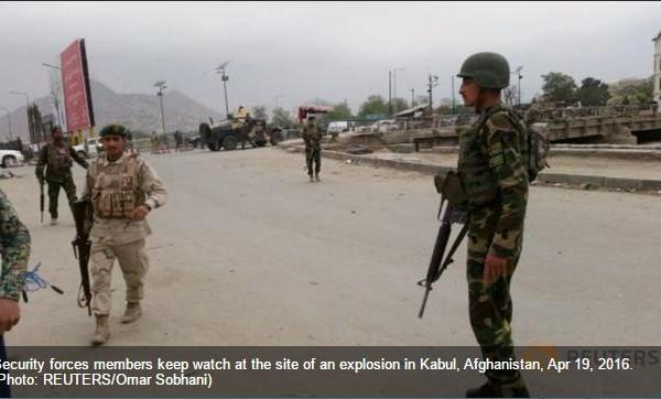"""Les forces de l'ordre surveillent le site de l'explosion. Copie d'écran du """"Channel NewsAsia"""", le 19 avril 2016."""