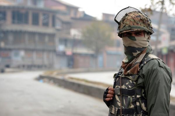 Un paramilitaire indien tient la garde lors d'une intervension dans le centre-ville de Srinagar le 11 novembre 2015.