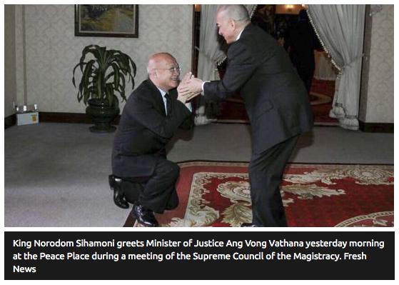 """Le roi Norodom Sihamoni accueille le ministre de la justice Ang Vong Vathana lors de l'ouverture officielle du Conseil suprème de la magistrature. Copie d'écran du """"The Phnom Penh Post"""", le 20 avril 2016."""