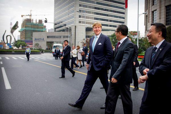 Le roi des Pays-Bas, Willem-Alexander, en visite dans la Zone de libre-échange à Shanghai, le 28 octobre 2015.