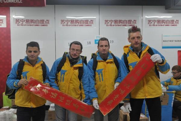 Des étrangers engagés par la compagnie chinoise de e-commerce Suning comme coursier à l'approche du nouvel an chinois.