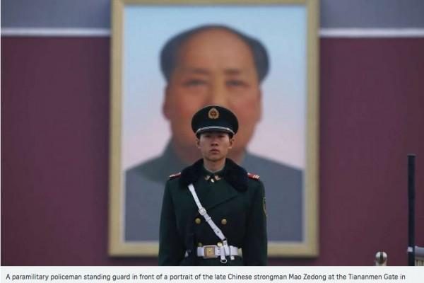 Un soldat chinois se tient debout devant le portrait de Mao Zedong. Copie d'écran du Straits Times, le 8 avril 2016.
