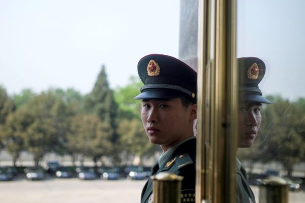 Un garde paramilitaire chinois à l'entrée du Grand Hall du Peuple, la salle d'accueil de l'Assemblée nationale populaire sur la place Tian'anmen à Pékin, le 28 avril 2016.