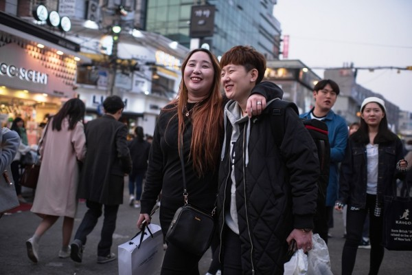 Un couple se promène dans l'une des rues du quartier étudiant de Hongdae à Séoul le 20 mars 2016.