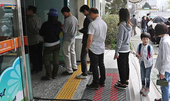 """Mercredi 13 avril, les Coréens sont appelés aux urnes pour les élections législatives. Des élections dont les résultats seront analysés avec attention au prisme de la fin de mandat de la présidente Park Geun-Hye. Copie d'écran du """"Korea Times"""", le 13 avril 2016."""
