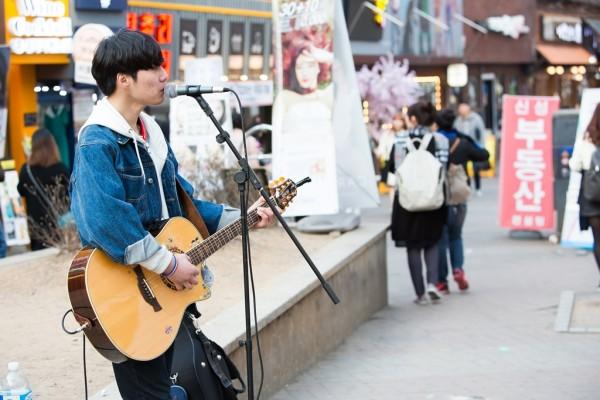 Concert de rue dans le quartier de Hongdae à Séoul.