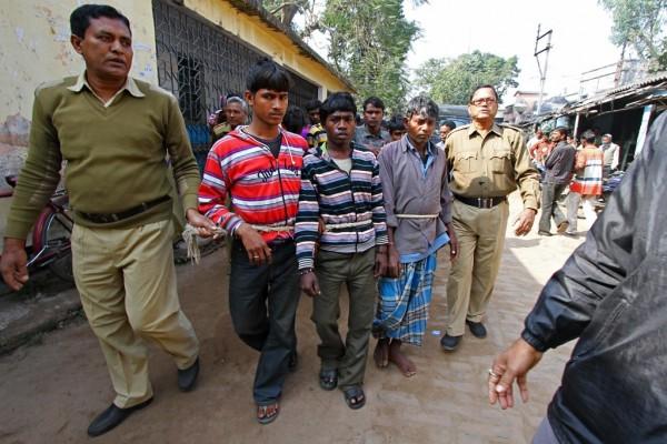 Les suspects du viol collectif subi par une jeune femme de 20 ans dans le villade Subalpur (Bengale-Occidental, ouest de l'Inde) sont menés par la police au tribunal du district de Birdhum, à 240 km à l'ouest de Calcutta, le 23 janvier 2014.