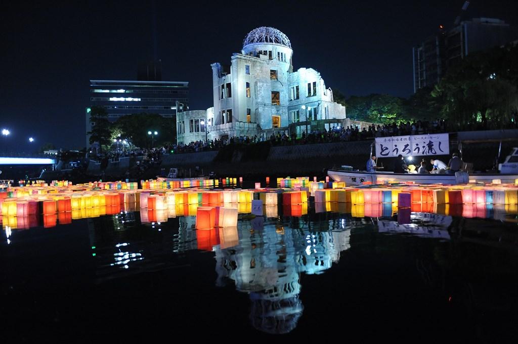 Cérémonie des lanternes de la paix devant le dome de la bombe atomique pour commémorer les 70 ans de la destruction de Hiroshima par la bombe atomique, le 6 août 2015.