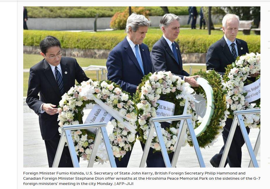 """John Kerry, le secrétaire d'Etat américain et ses homologues japonais, britannique et canadien déposent une gerbe au mémorial pour la paix de Hiroshima. Copie d'écran de """"Japan Times"""", le 11 avril 2016."""