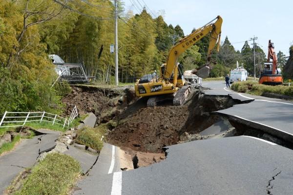 A Mashiki, dans la préfecture de Kumamoto sur l'île de Kyushu, la route 443 endommagée par le puissant séisme de 7 sur l'échelle de Richter survenu le 14 avril 2016 - cette photo date du 15 avril.