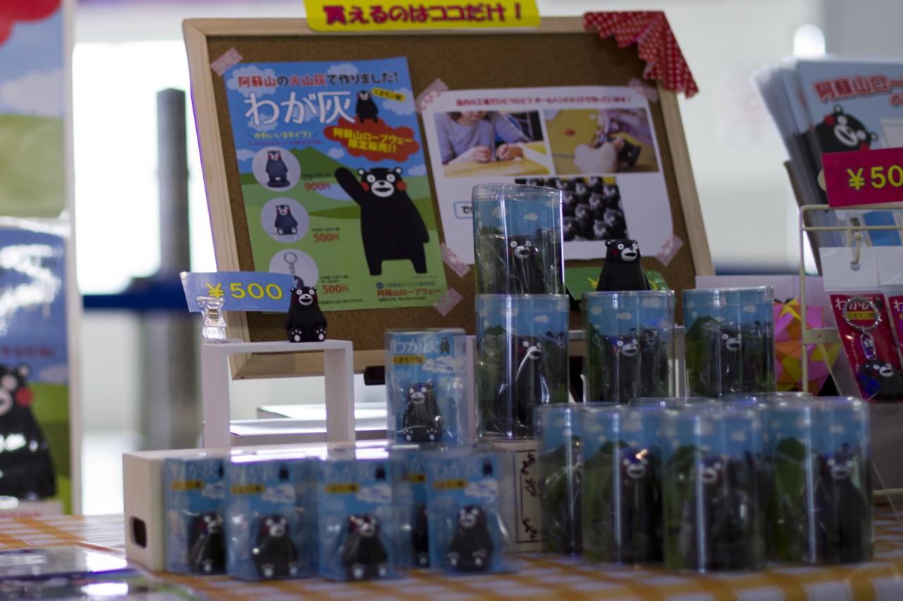 Figurines Kumamon en cendres volcaniques, uniquement disponibles à proximité du sommet du mont Aso.
