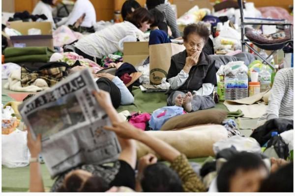 """Les Etats-Unis ont proposé leur aide au Japon après les deux séismes de la semaine dernière qui ont fait 42 morts jusqu'à présent. Copie d'écran du """"Japan Times"""", le 18 avril 2016."""