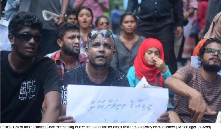 """Les Maldives sont plongées dans l'instabilité politique depuis l'arrestation de l'ancien président Mohammed Nasheed, écologiste reconnu à l'international. Copie d'écran de """"Al Jazeera"""", le 5 avril 2016."""