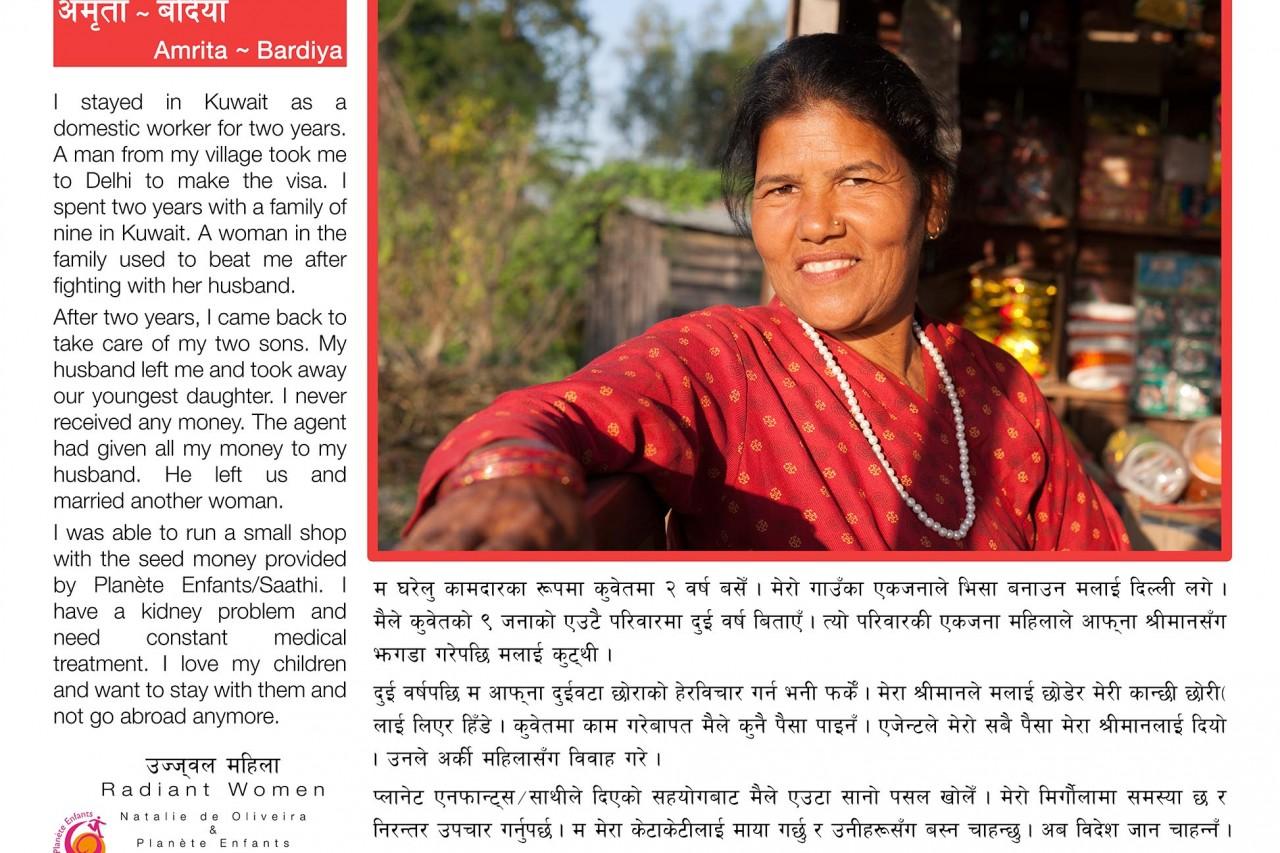 """L'une des bannières de l'exposition """"Radiant Women"""" au Népal : le témoignage de Amrita (Bardia), survivante du trafic d'êtres humains."""
