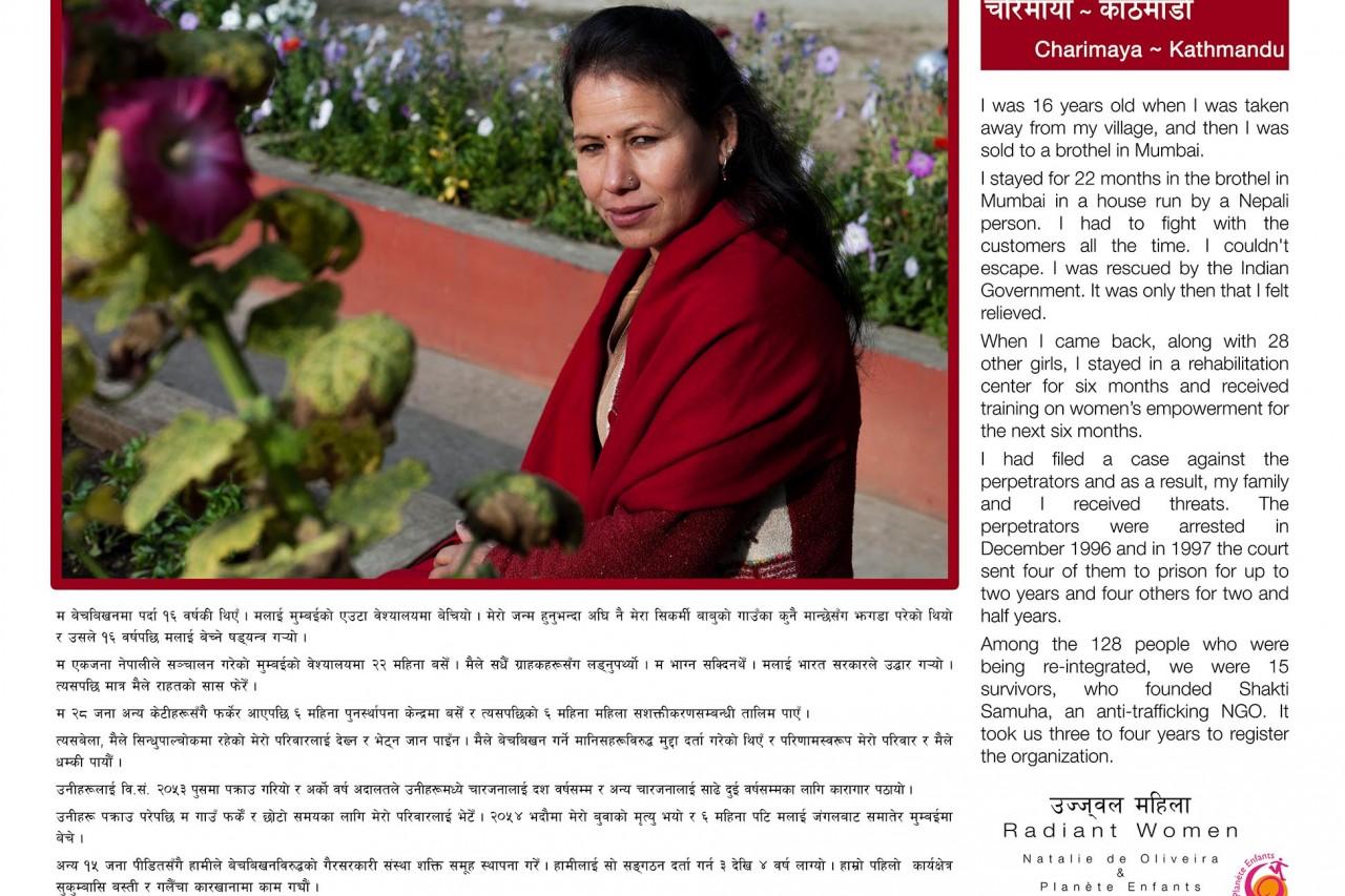 """L'une des bannières de l'exposition """"Radiant Women"""" au Népal : le témoignage de Charimaya (Katmandou), survivante du trafic d'êtres humains."""