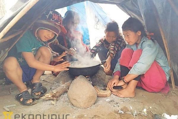 """D'après le journal britannique """"The Sun"""", les enfants sont vendus à des foyers riches, où ils sont """"appréciés pour leur services ménagers""""... Copie d'écran du """"Kathmandu Post"""", le 4 avril 2016."""