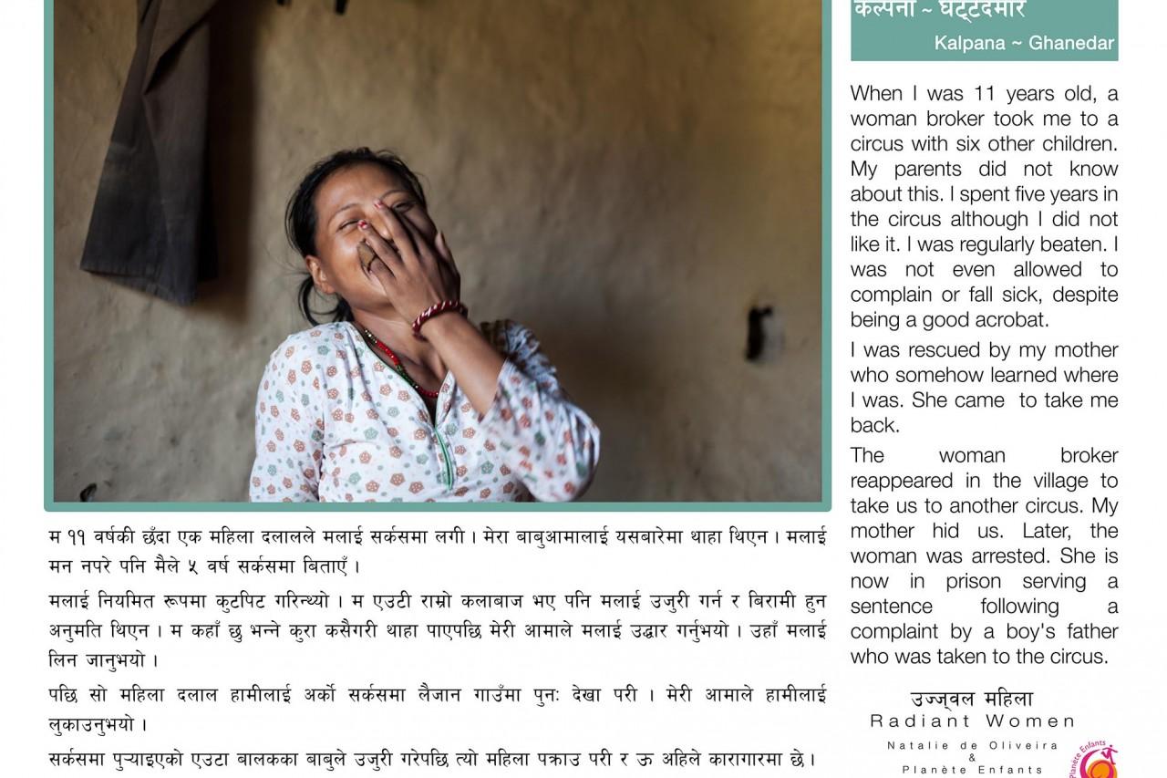"""L'une des bannière de l'exposition """"Radiant Women"""" au Népal : le témoignage de Kalpana (Ghanedar), survivante du trafic d'êtres humains."""