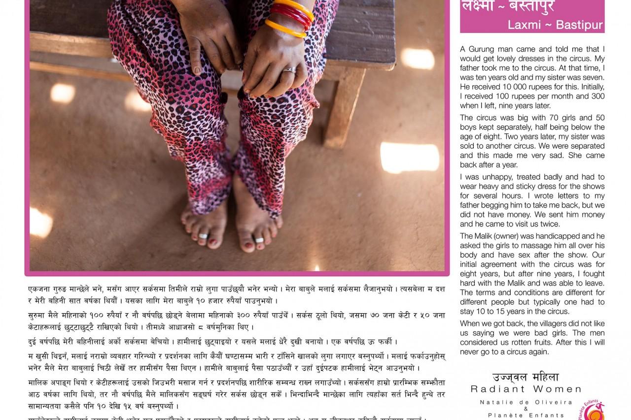 """L'une des bannière de l'exposition """"Radiant Women"""" au Népal : le témoignage de Laxmi (Bastispur), survivante du trafic d'êtres humains."""