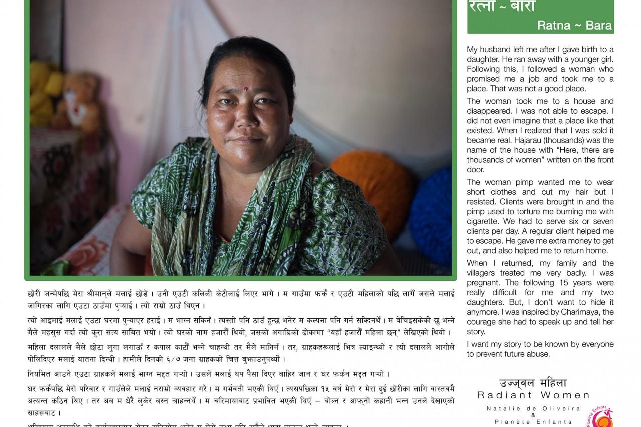"""L'une des bannières de l'exposition """"Radiant Women"""" au Népal : le témoignage de Ratna (Bara), survivante du trafic d'êtres humains."""